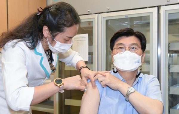 """이춘희 시장, 코로나19 백신""""안전합니다"""""""
